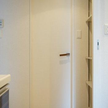 キッチンには棚があったり、扉の奥には。。(※写真は5階の同間取り別部屋のものです)