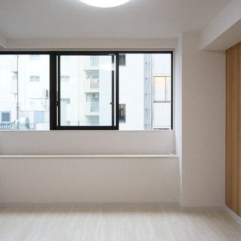 光の入る窓際にはソファとテーブルと(※写真は5階の同間取り別部屋のものです)