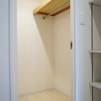 たっぷり収納のウォークインクローゼット(※写真は5階の同間取り別部屋のものです)