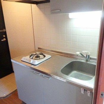 キッチンはこのくらい。料理をしない人なら十分な設備です。