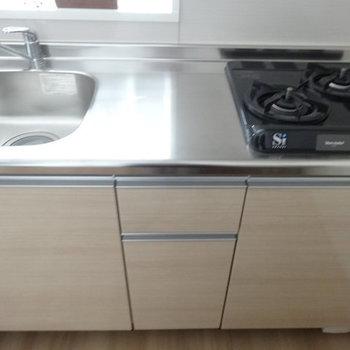 2口ガスで調理スペースもしっかり。(※写真は3階の同間取り別部屋のものです)