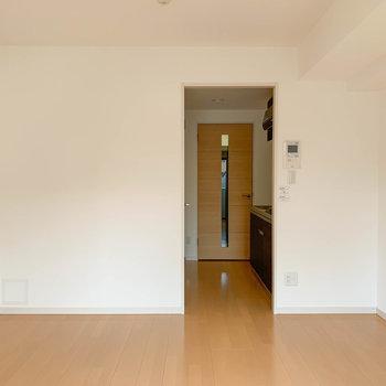 窓側からお部屋を見ると。奥に進むとキッチンへ。※写真は3階の同間取り別部屋のものです