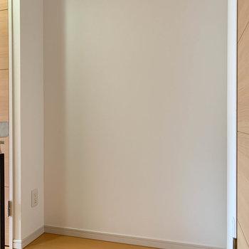 キッチンの後ろ側にちょっとしたスペース。棚を置いて、ケトルなど置くのに良さそう。※写真は3階の同間取り別部屋のものです