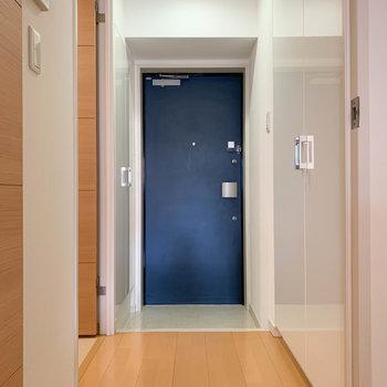 扉を開けると廊下部分へ。※写真は3階の同間取り別部屋のものです