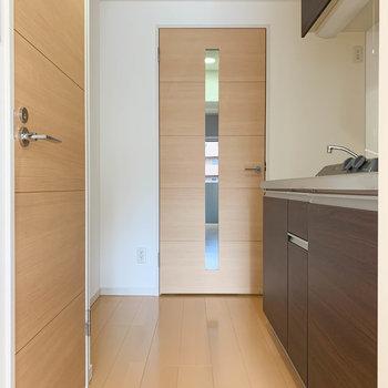 キッチン空間です。左の扉はトイレへ。※写真は3階の同間取り別部屋のものです