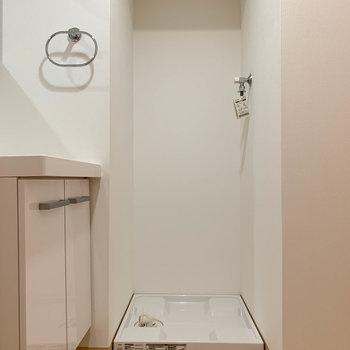 洗面台の右に洗濯機置き場があります。※写真は3階の同間取り別部屋のものです