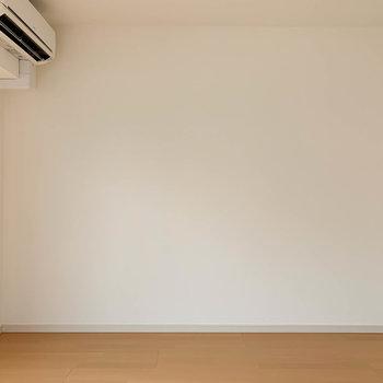 窓の右側、シンプルで家具の起きやすい空間※写真は3階の同間取り別部屋のものです