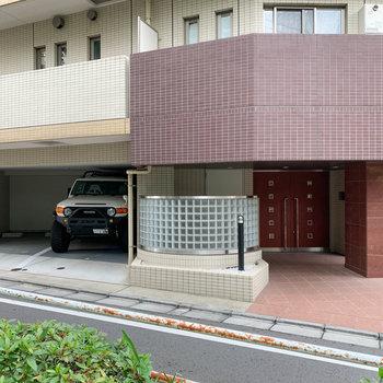 エントランス横には駐車場もあります。