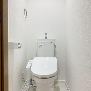 トイレは真っ白!清潔感がありますね。