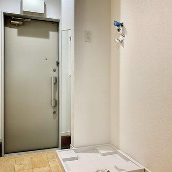 洗濯機は玄関前にあります。