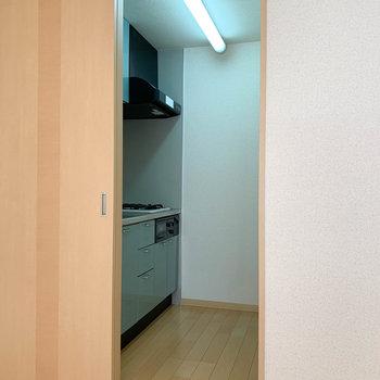 キッチンです。冷蔵庫は部屋に置く感じかな。※写真は2階の同間取り別部屋のものです