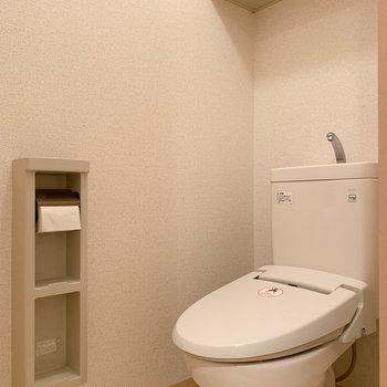 棚の多いトイレがあなたを迎えます。※写真は2階の同間取り別部屋のものです