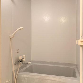 湯船はややコンパクトサイズ※写真は2階の同間取り別部屋のものです
