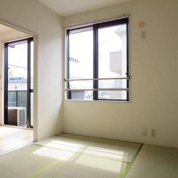 【和室】洋室との仕切りと開けると開放感があります