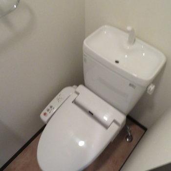 トイレには温水洗浄便座※写真は同間取り別部屋のものです。