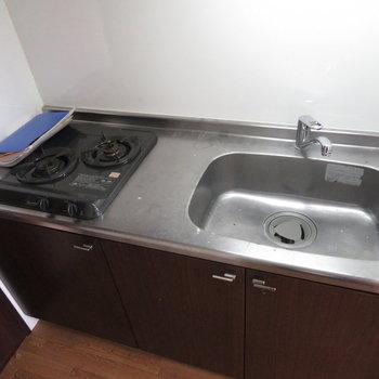キッチンはもちろん二口コンロ※写真は同間取り別部屋のものです。