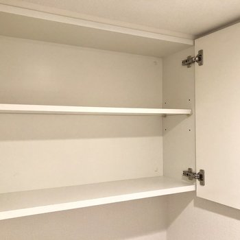 上部には収納棚。