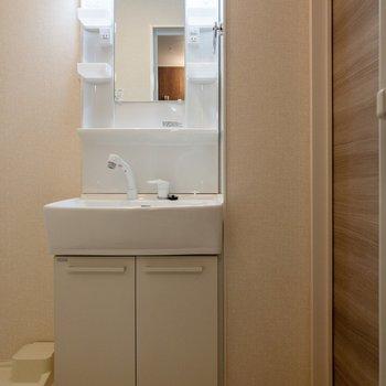 洗面台にはコンセントがあって使い勝手が良さそう。
