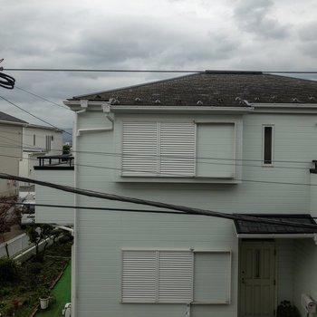 洋室の窓からの眺めはご近所さん。