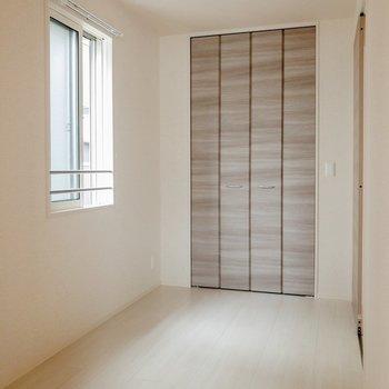 【洋室】このお部屋は寝室にしようかな。※写真は2階の同間取り別部屋のものです