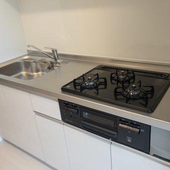 【LDK】キッチンには3口コンロにグリルが付いていて嬉しい。※写真は2階の同間取り別部屋のものです