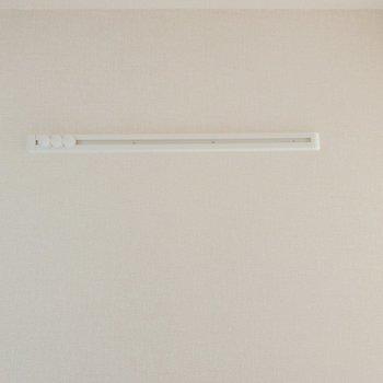 【洋室】長押フックがあります。※写真は2階の同間取り別部屋のものです
