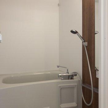 バスルームには追い焚き機能と浴室乾燥機付き。※写真は2階の同間取り別部屋のものです