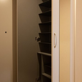 中には靴がたくさん入りそう。※写真は2階の同間取り別部屋のものです