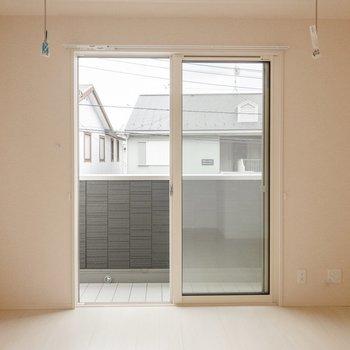 【LDK】バルコニーは南向きだから日当たりが良くてきもちいい。窓の下には物干しフックがあります。※写真は2階の同間取り別部屋のものです