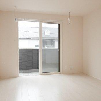 【LDK】朝が楽しみになりそうな明るさです。※写真は2階の同間取り別部屋のものです