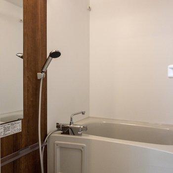 バスルームには追い焚き機能と浴室乾燥機付き。