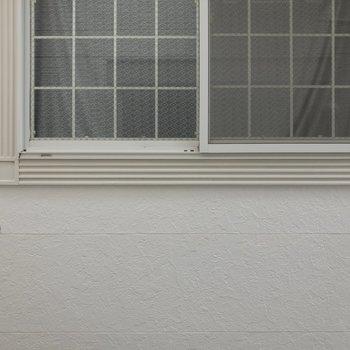 洋室の窓からの眺めもお隣さん。