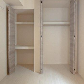 【洋室】クローゼットは左右に2つ。右側には洋服を左側には日用品がしまえそう。※写真は2階の同間取り別部屋のものです