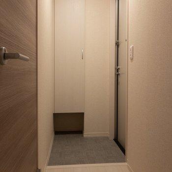 玄関前はスッキリ。※写真は2階の同間取り別部屋のものです