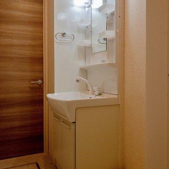 洗面台にはコンセントがあって使い勝手が良さそう。※写真は2階の同間取り別部屋のものです