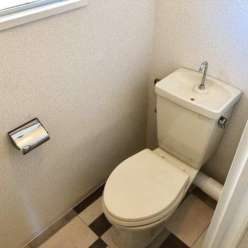 トイレはシンプルです。窓付きなので換気もできますね。
