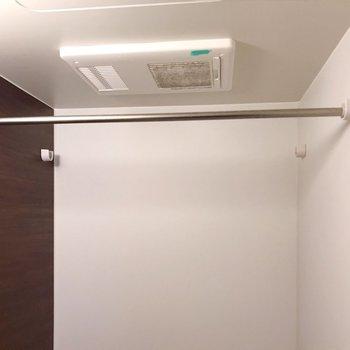 天井には浴室乾燥機も!雨の日の大きな味方です(※写真は清掃前のものです)
