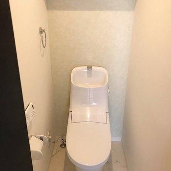 トイレはウォシュレット付き。タンクがスタイリッシュ…(※写真は清掃前のものです)