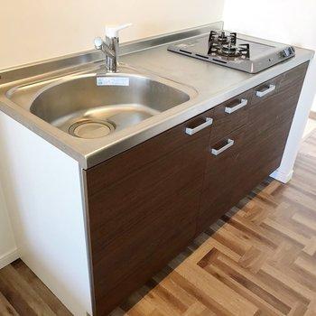 新しめのキッチンは気持ちがいい〜。使い勝手もよさそうです(※写真は清掃前のものです)