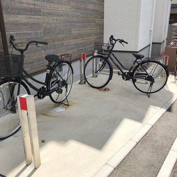 駐輪場は建物の前に。ポールもオシャレです