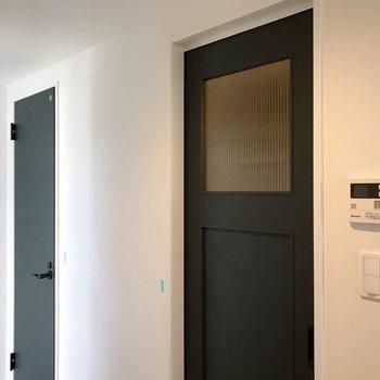 向かいには、これまた可愛い緑の扉(※写真は清掃前のものです)