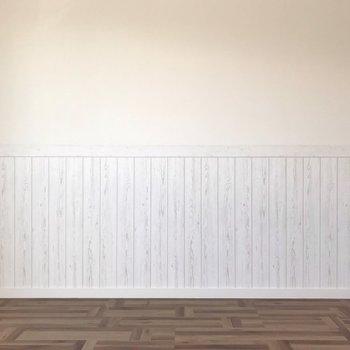 腰壁はシャビーな木目柄で、これまたナチュラル(※写真は清掃前のものです)
