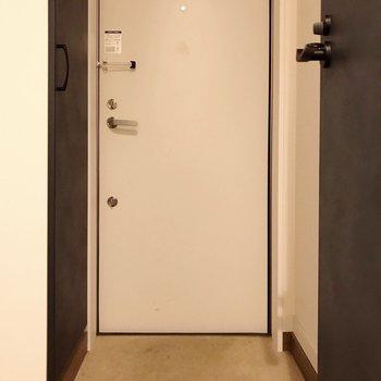 玄関はコンパクトだから、マグネットタイプの傘立て選ぼう(※写真は清掃前のものです)