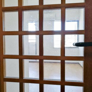 この扉のおかげで光がキッチン前にまで届く!
