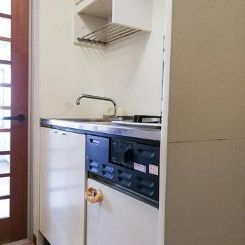 ミニ冷蔵庫つきのコンパクトキッチン。
