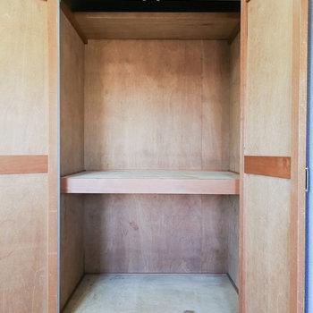 収納は押入れタイプ。ボックス収納と突っ張り棒があると◎