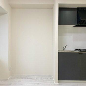 キッチン横にはテレビが置けますよ