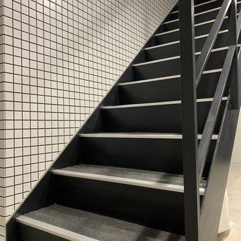 階段の幅は広めなので、大きい荷物も通れそう