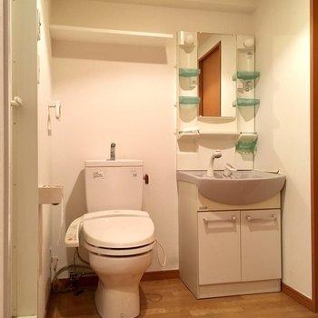 トイレは脱衣所の中にあります。洗面台はしっかり独立タイプですよ。(※写真は清掃前のものです)