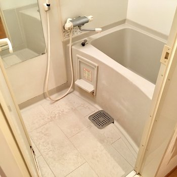 お風呂はサーモ水栓で、しっかり肩まで浸れるお風呂が嬉しい。(※写真は清掃前のものです)